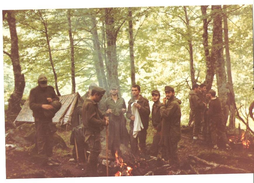 Maniobras de verano, una tormenta nos caló hasta los huesos... aquí secando la ropa al fuego.