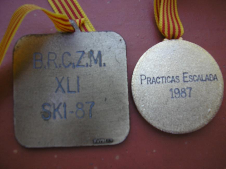 Medallas por detrás