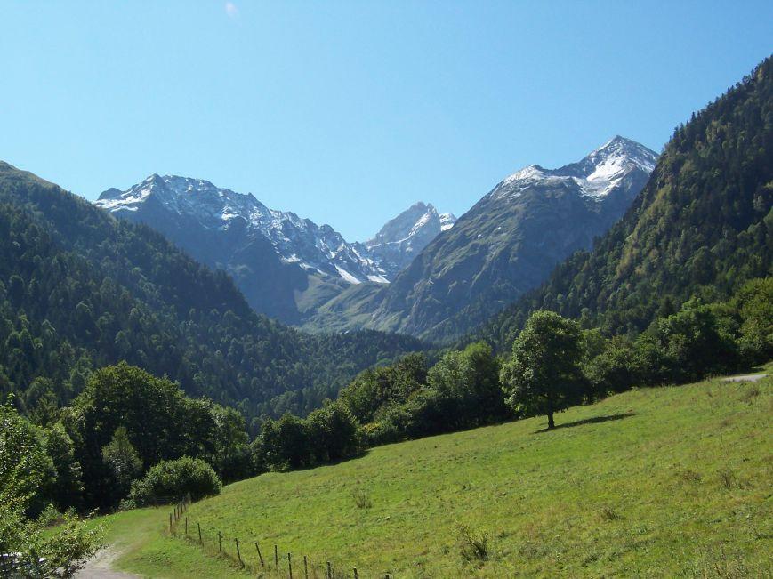 La Artiga de Lin, como siempre, te deja sin palabras. Entre la sierra Des Neres y la Tuca Blanca de Pomero, la Forcanada se yergue imponente. El Montarto y la Forcanada son con toda probabilidad, los picos más famosos del valle.