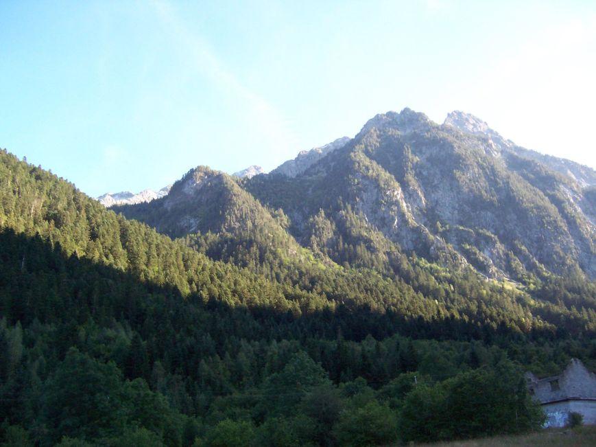Desde el puente del Resséc, el hombro del Montarto escamotea la cumbre.