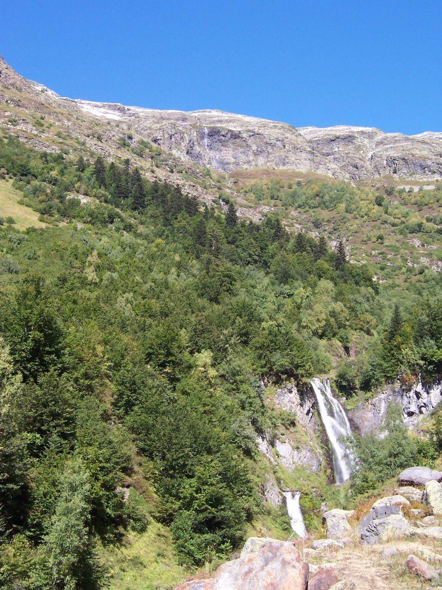 Desde el Cap de Bedrera, se precipita al Varradós el salto del Pish de las Artiguetas. Al otro lado, la ruta de S. Juan de Torán a Liat y Bagergue.