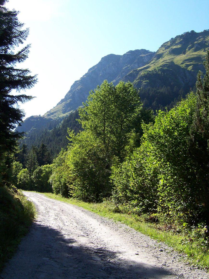 Según ascendemos al Pontet de Rius, el murallón de la Sierra de Rius y la Tuca de Betrén van estrechando el camino.
