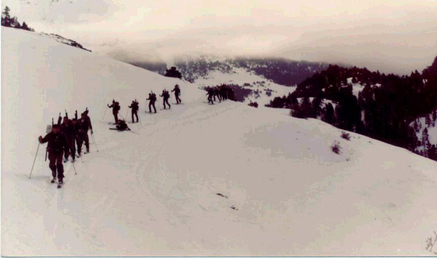 Un dia que nos fuimos todos de marcha. De invierno, claro. El primero parece el Teniente Pedraza.