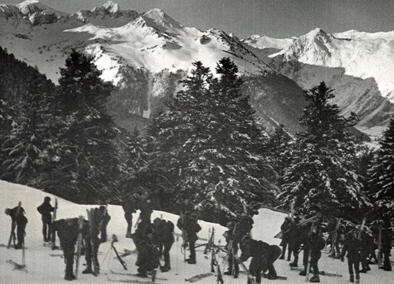 Preparando el material para comenzar la clase de esqui en la Tuca