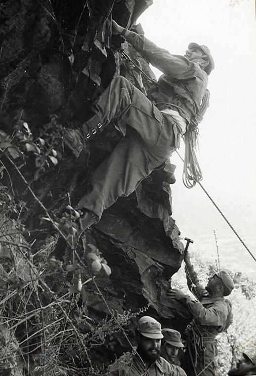Más de cerca. Observad el material de escalada... Increible ¿no...?