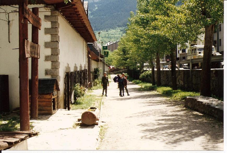 Xevi Roca Ibern camino del puesto de guardia, acompañados de dos compañeos de reemplazo.