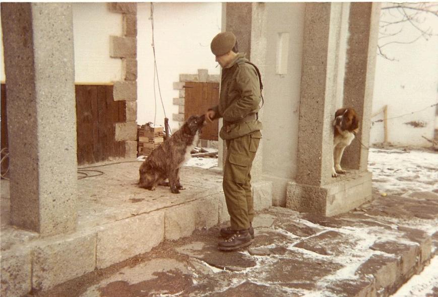 El Cabo Rodil con el perro acogido en adopción por el entonces Sargento Ontiveros.