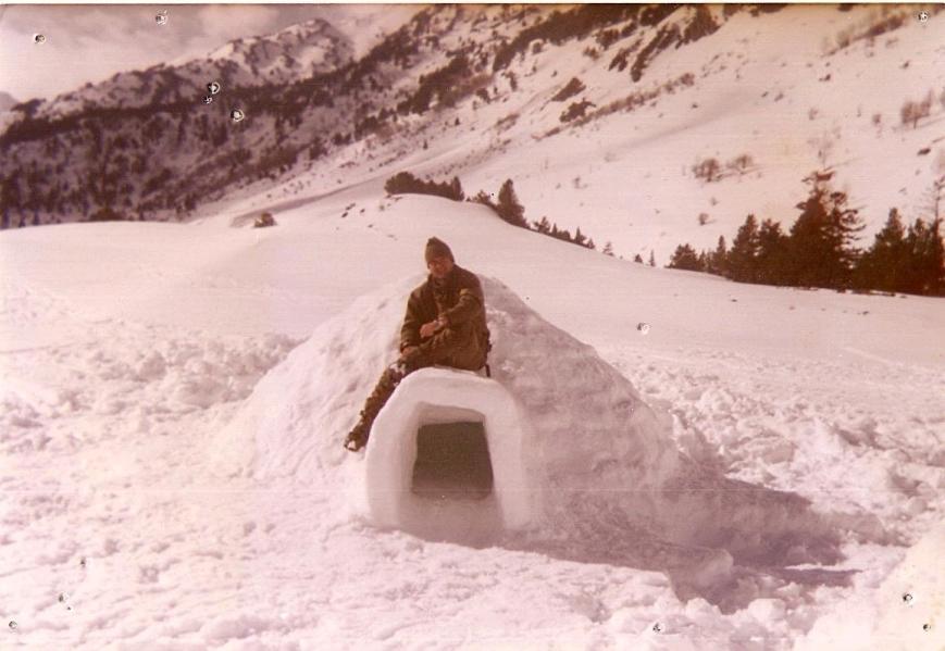 En un iglú durante las maniobras de invierno en Montgarri