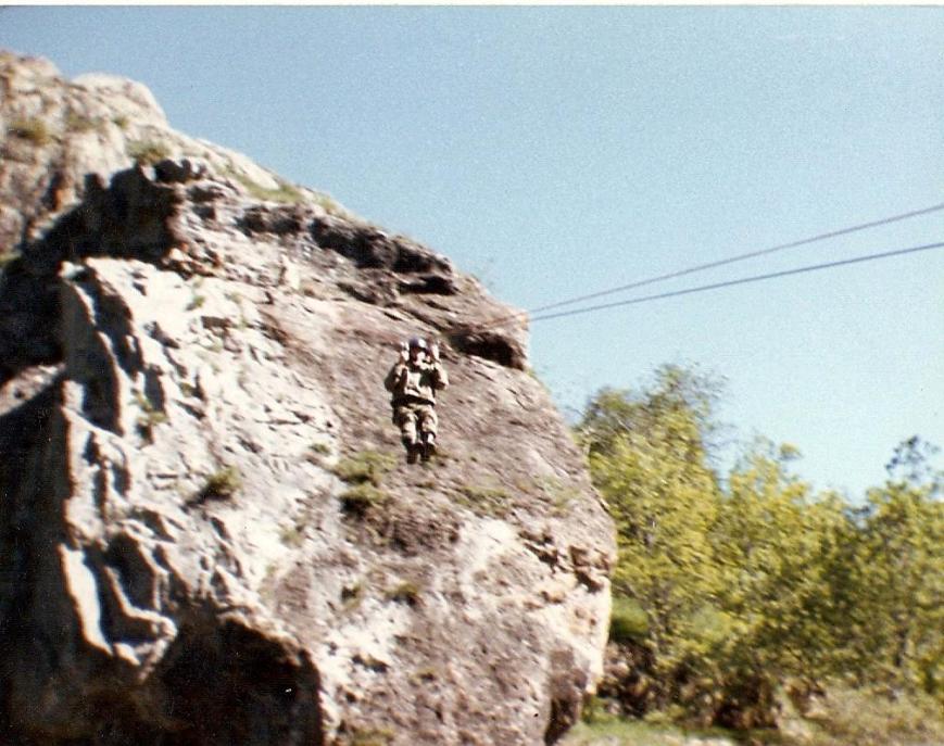 Pasando una tirolina durante el curso de escalada en Bagergue.