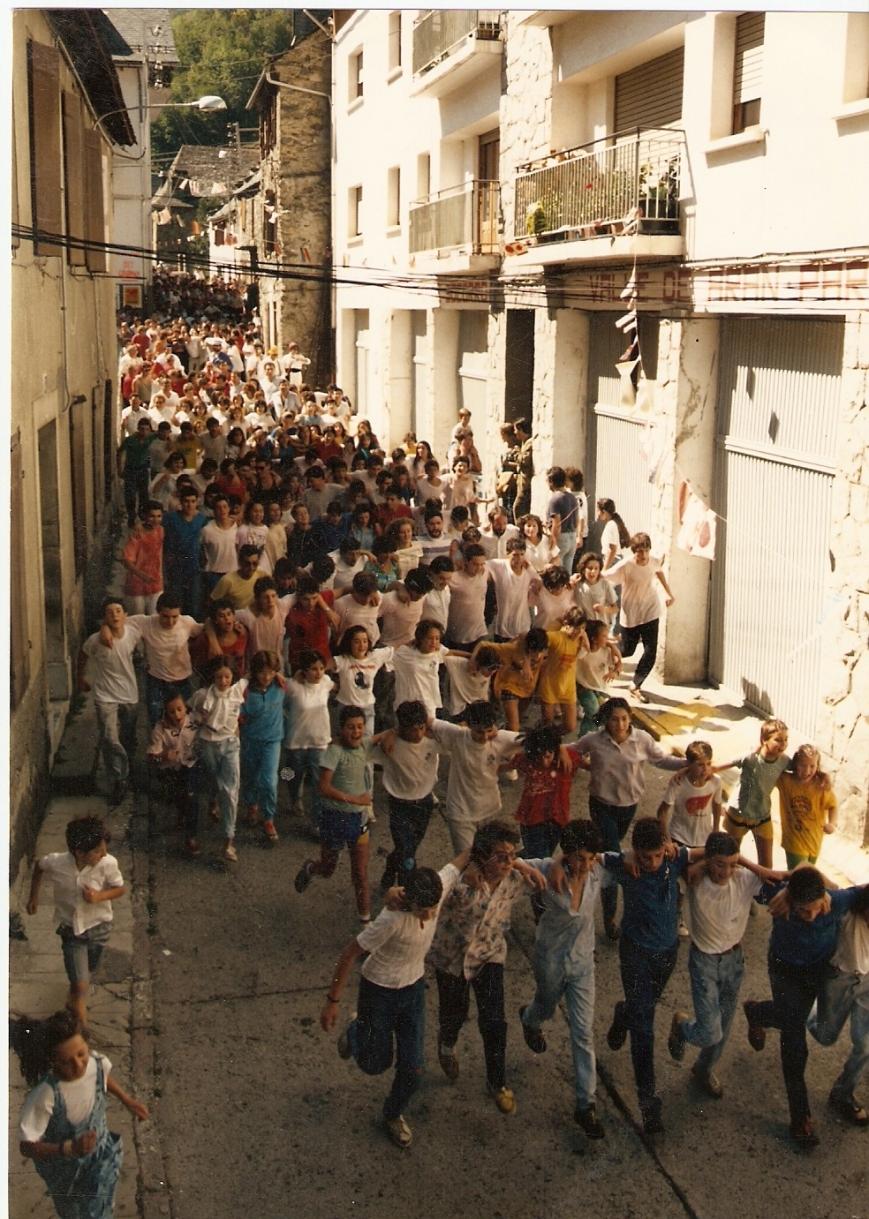 Fiestas de Viella 1986. Fui junto con el Madriles de los afortunados que estuvieron ayudando a la gente de la comisión de fiestas, pernoctando incluso fuera del cuartel en el Hostal El Ciervo, en esta foto si buscais bien encontrareis al Madriles agarrado entre dos compañeros, yo estoy una fila más abajo.