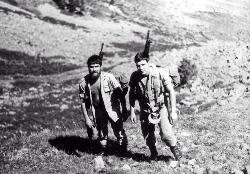 El de la izquierda el Cabo Rojas con un veterano