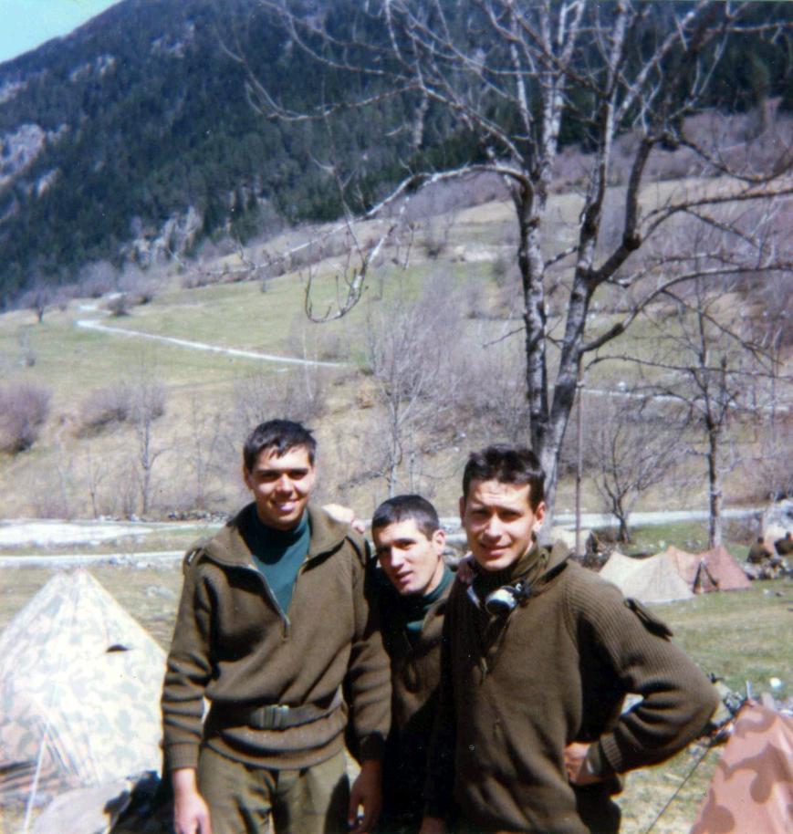 Campamento situado en la zona de Valarties. A la derecha Joan Lluis, en el centro un compañero extremeño, y yo a la izquierda