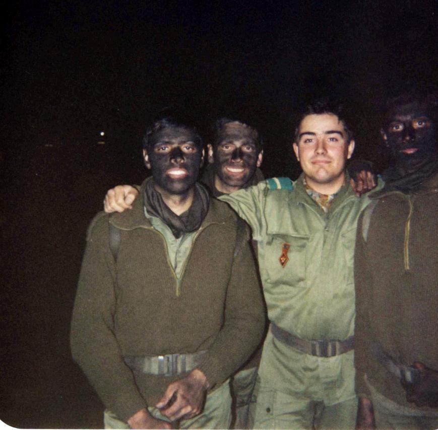 Maniobras nocturnas. De izquierda a derecha yo, Joan Lluis, Marco Lahoz y Toni Molina. Hubo instrucciones especificas del Teniente Alba para que yo no sonriese y delatar nuestra posición. Tenia fama de sonreir mucho.