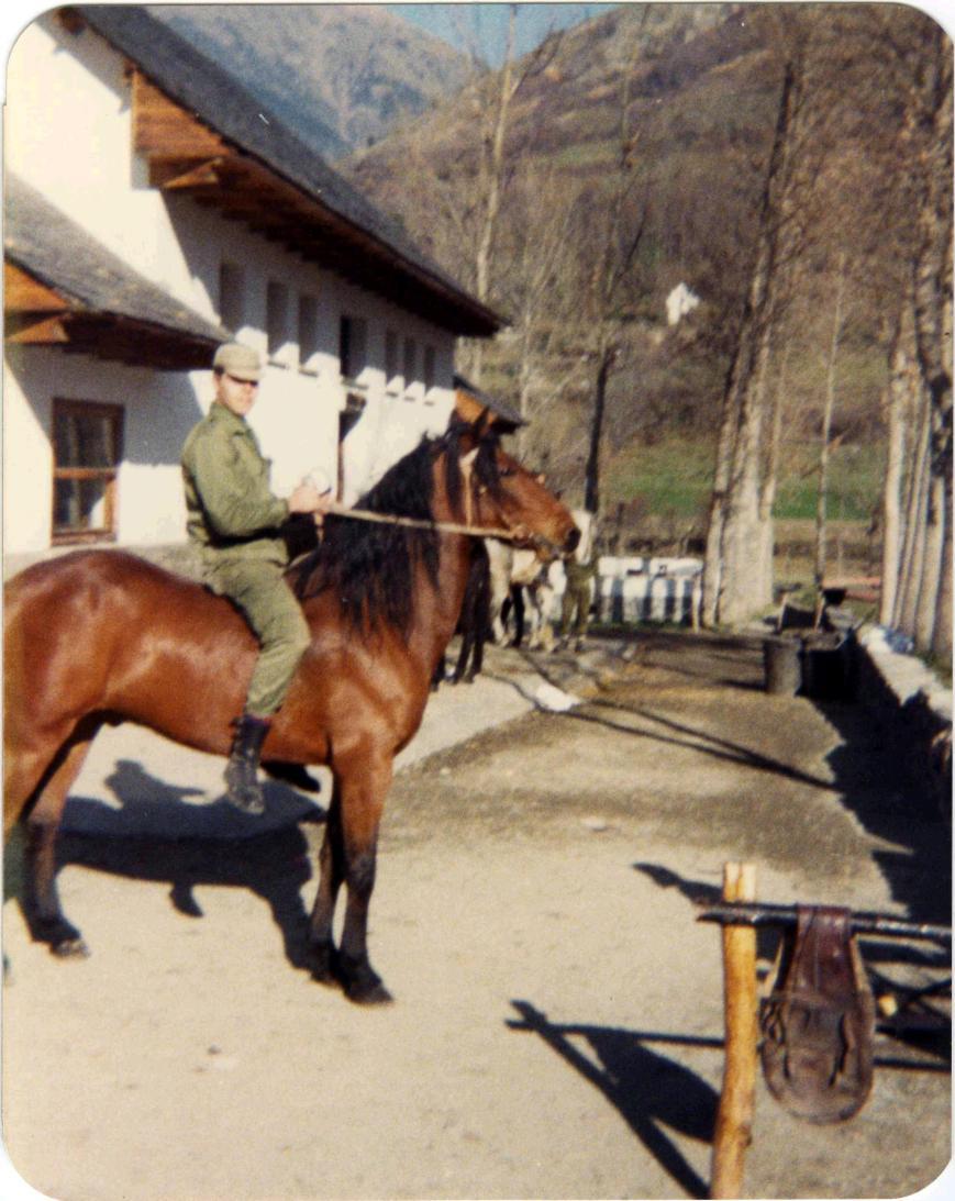 Montando a caballo, en plan figura ecuestre. Si alguno se acuerda, que me corrija, pero creo que el caballo se llamaba Laón.