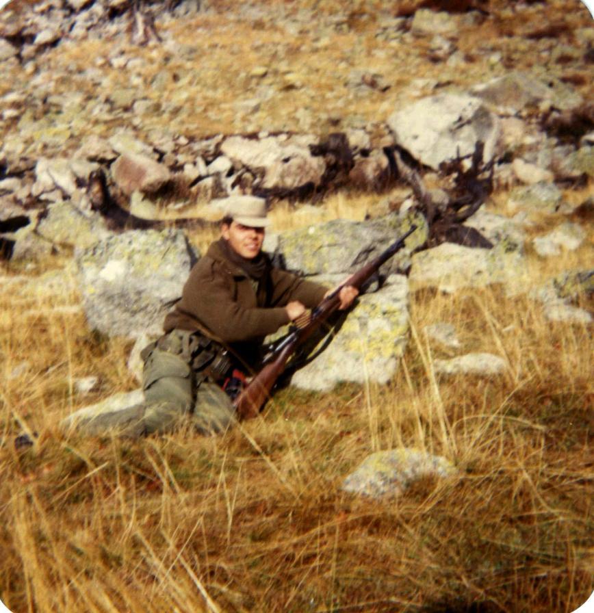 En la zona del Puerto de Viella, en prácticas de tiro, cargando una Mausser. Con este arma si que se tiraba bien.