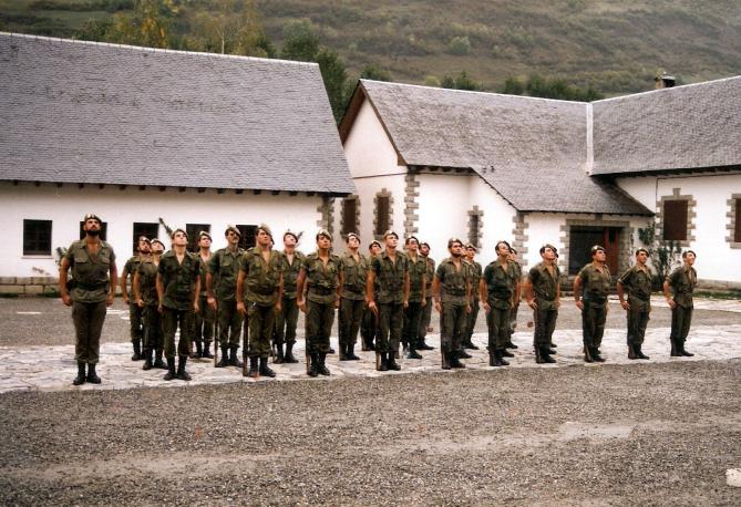 Formando en el patiode armas junto con mis callos y llagas.a la izquierda el sargento castillo creo