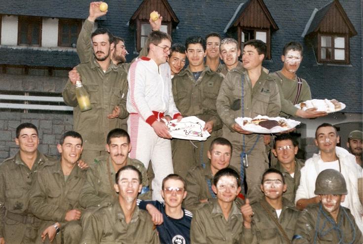 Al finalizar la ginkama de la Inmaculada 86.  Sujeta el cava Quetglas, Coca el cocinero con Casternado sujetan la tarta,mas abajo Aguila , al fondo derecha el Sgto. Marcos