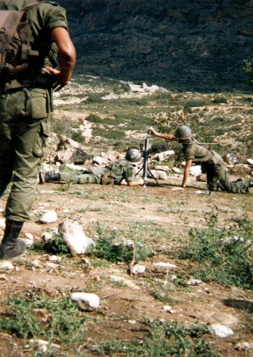 Maniobras de tiro en Zaragoza de espaldas el sgto Marin, yo colocando la granada