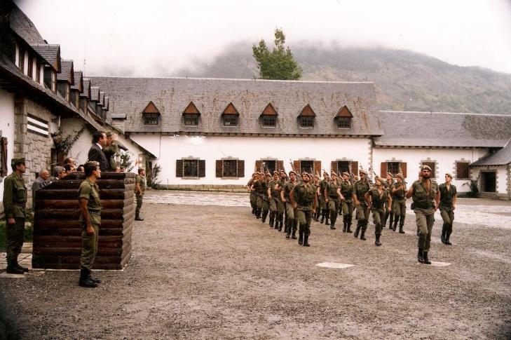 Desfile ante el general en primer plano el Tte. Farre