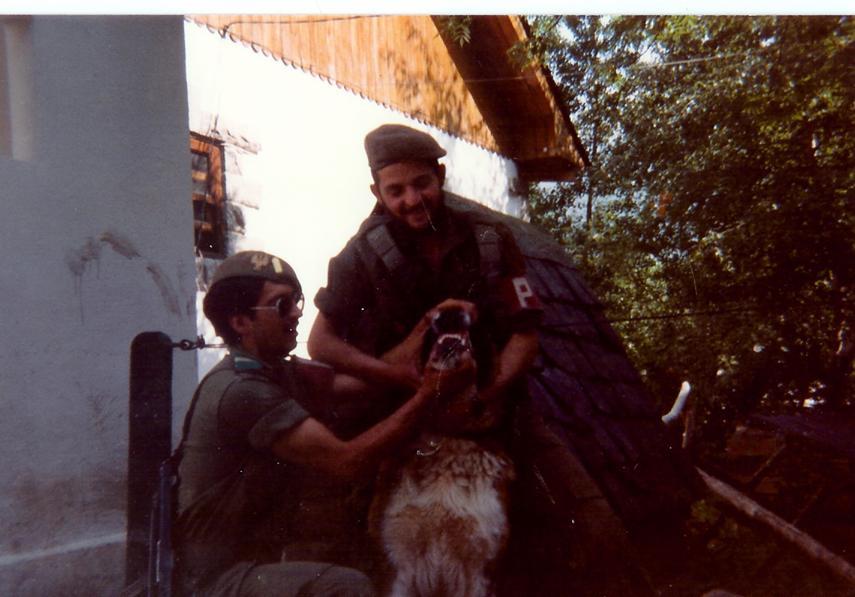 Pasando revista a la dentadura de Torete. El Cabo 1º es Ferreras (reenganchado) y el barbas soy yo. ja ja ja.