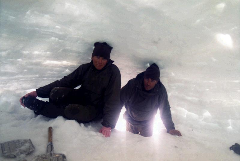 Aqui tenemos dentro del igloo a Casas Barrús y al Cabo 1º Vilella