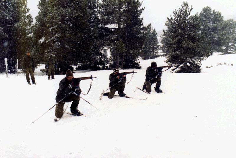 Prácticas de tiro, los tres de la foto son veteranos mios, el primero por la izquierda es el Cabo 1º de la Rosa