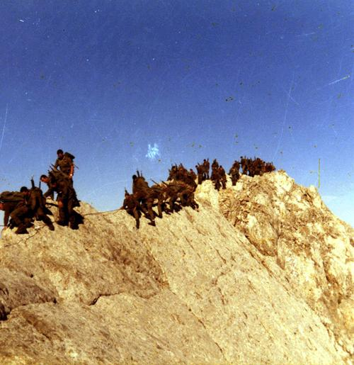 Paso del caballo, pico de Vallibierna 3080 m. a la izquierda estoy yo detrás está Vilajosana, el Teniente Farré y de pie el Sargento Trevin