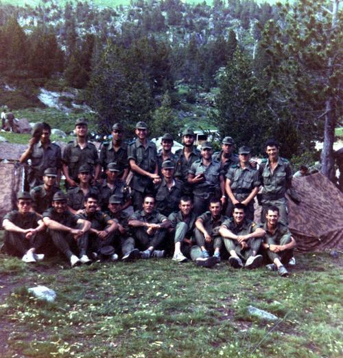 Aqui estamos todos los legionarios en la foto abajo en el centro estoy yo (Cuervo) al lado el Teniente Farré y del Sargento Marin, acompañados del resto de compañeros