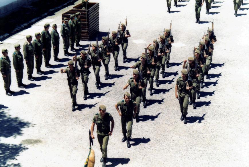 Desfilando en el Cuartel, en el centro vemos al Sargento Marin, detrás le acompaña al paso el Cabo 1º Raúl Maronas Aveleiras