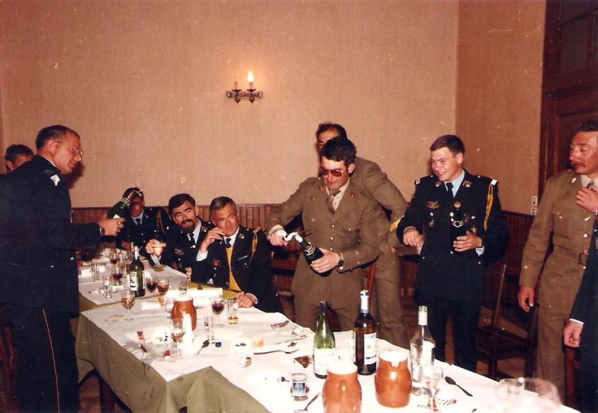 Cristobal (el Tte. Simón), enseñando a los gabachos como se descorcha una botella de champagne