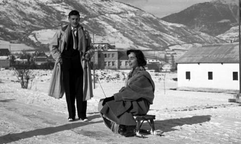 1956. Pareja delante del anterior cuartel al de la Cia