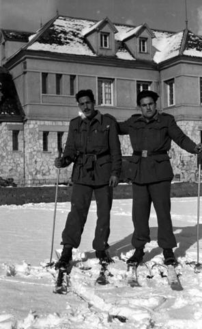 1956. Soldados delante del hospital, hoy geriátrico.
