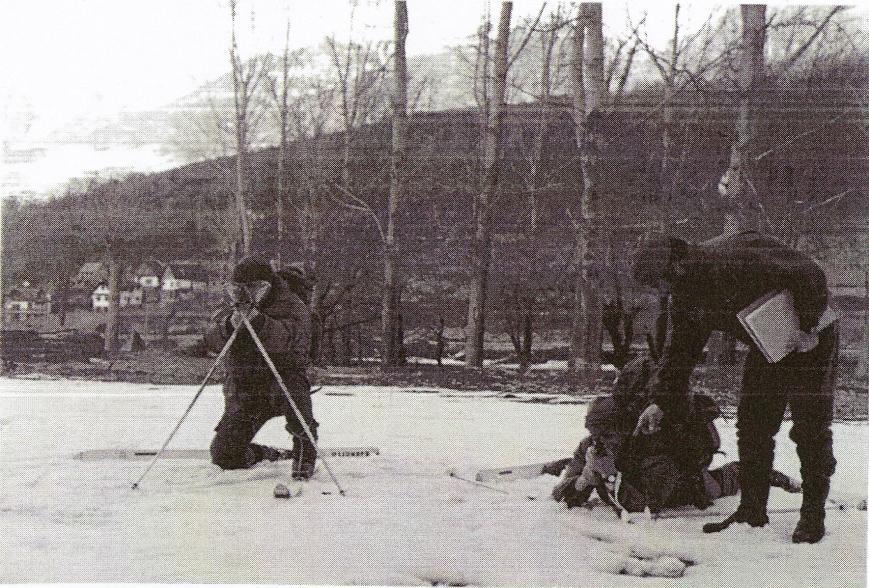 Instrucción de tiro de combate en la nieve.
