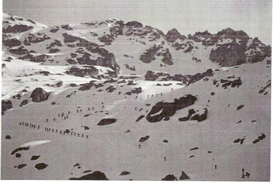 Prácticas de vida y movimiento en montaña invernal. Subida al pico de Ratera.
