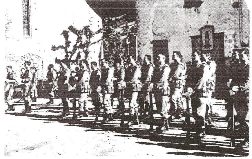Delante de la Iglesia de Viella para desfilar en la procesió del dia del Corpues del año 1965.