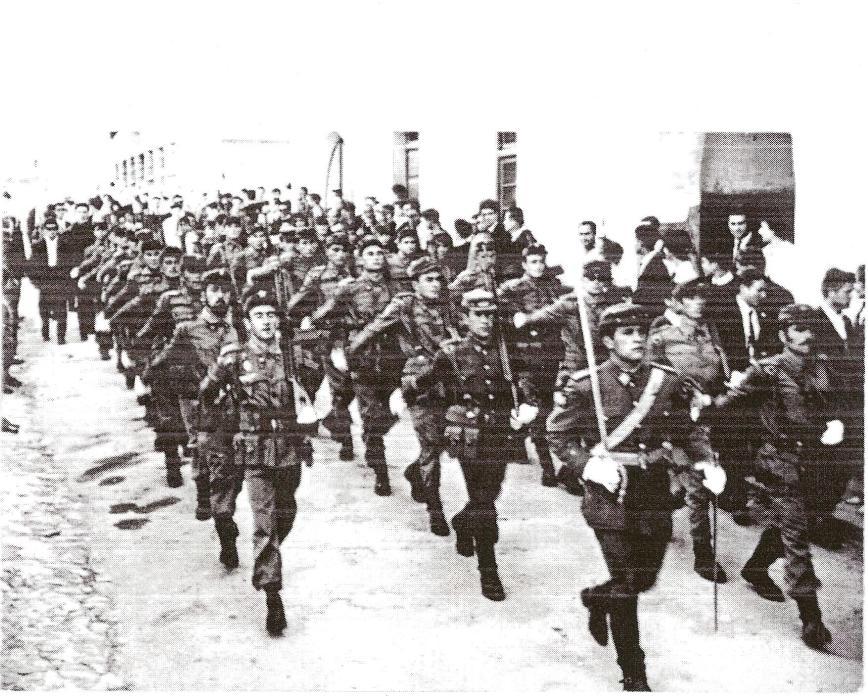 Desfile de una sección de la Cia. Esquiadores Paracaidistas en una procesión de Semana Santa en Viella en el año 1965.