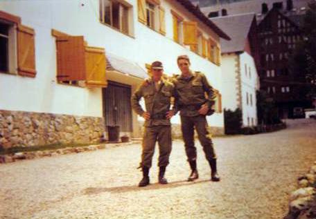 Con un compañero de Granada de el Padur. Detrás la puerta de entrada a  nuestros dormitorios.