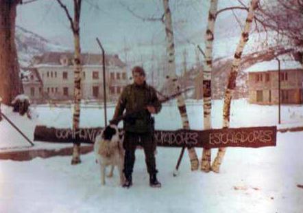 Puesto de Guardia a la entrada del Cuartel, junto con la mascota de la  Compañia (Hércules) .