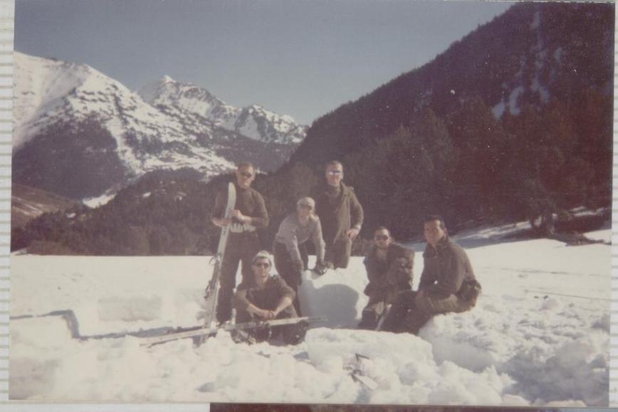 CURSO PARA QUE LOS PISTOLOS APRENDAN HA HACER IGLUS EN OCHO PASOS.  1º  Cortar bloque de hielo aproximadamente de unos 60 x 40 x 20 cm