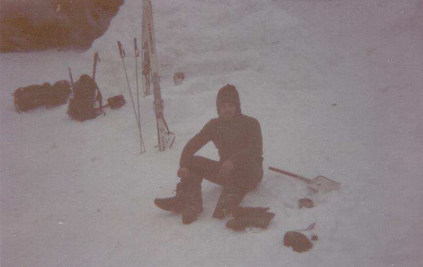 7º Paso  Al dia siguiente, despues de diana, mientrasuno o dos hacen el almuerzo los demas deven sacar todo del iglu. En la foto se puede ver como Argente calienta la leche encendiendo el campin gas  dentro de un agujero que ha hecho con la pala en la nieve para proteger el fuego  del aire.