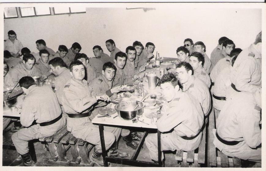 Comedor del CIR numero 4, se ve al voluntario de mi reemplazo Malmierca, éste también está en una fotografia de Angel Alvarez