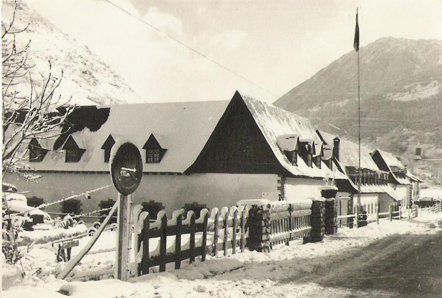 entrada al cuartel desierta por la nieve.