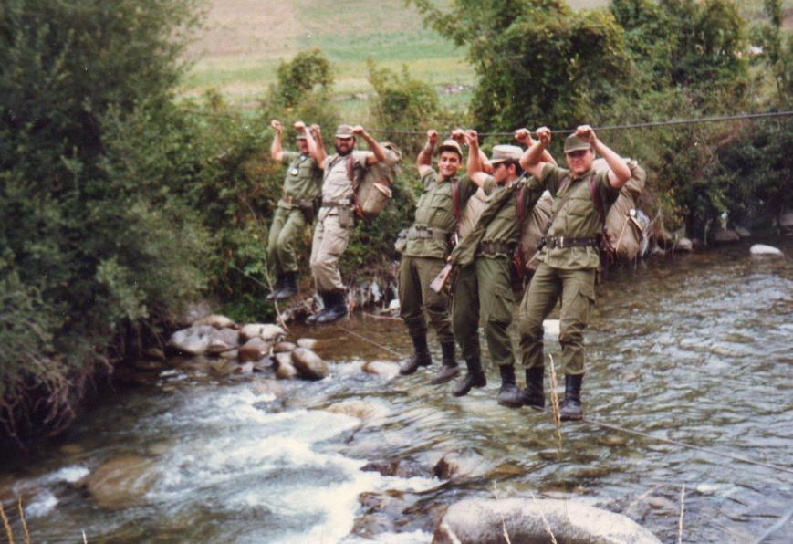 Cruzando el río Garona al regreso de una marcha.