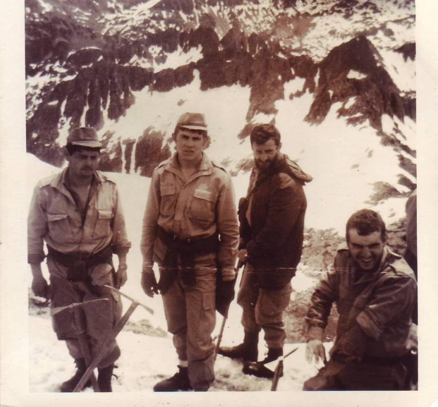 El Tte. Alfonso Muñiz y otros compañeros al pie del Montarto. Verano del 78.
