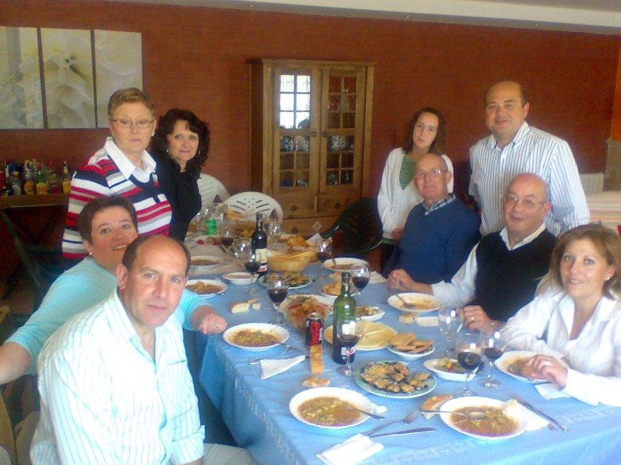 A la izquierda, de abajo arriba: Emilio, Pepi, Mª José y África y a la derecha, también de abajo arriba, Mari, Rafael, Joaquín, Carlos y Ana la hija de Emilio.