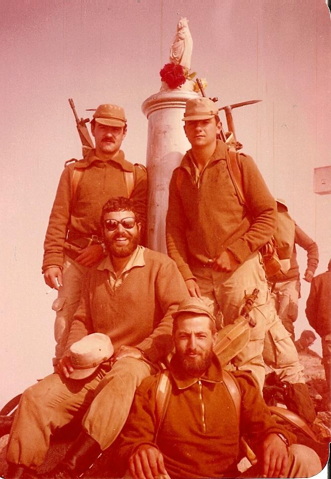 20 de Julio de 1979, pico del Aneto (3404 m. de altitud). De pie arriba a la izquierda Segundo Dicastillo, a su lado José Antonio Guillorme. Sentados, con gafas de sol y barba Joan Gisbert y algo más abajo Tomás Moro González, de Peñafiel (Valladolid). Todos del mismo reemplazo.