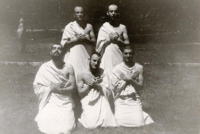 Un grupo de budistas, después del correspondiente paso por el barbero.