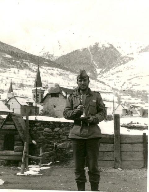 Enseñando el tercer premio, del Campeonato de Esquí
