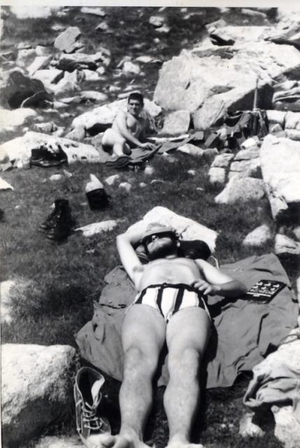 Siesteando junto a un Estany del Parque Nacional de Aigüestortes.