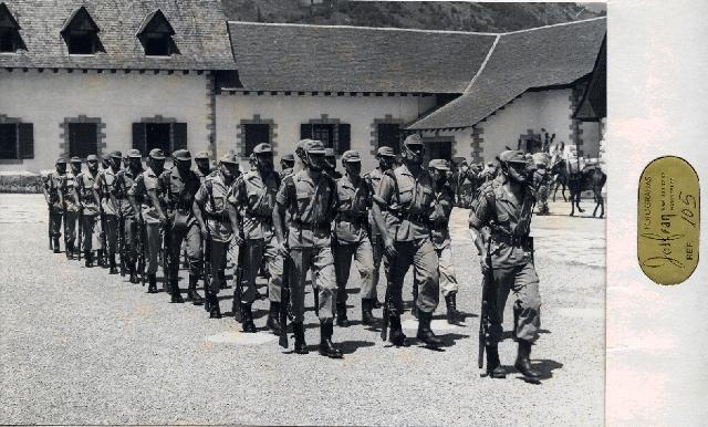 mi madre siempre se preguntaba, como un personajillo tan pequeño, podía estar al frente de soldados tan grandullones.